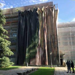 El edificio Villanueva se cubre con las telas de sus obras maestras