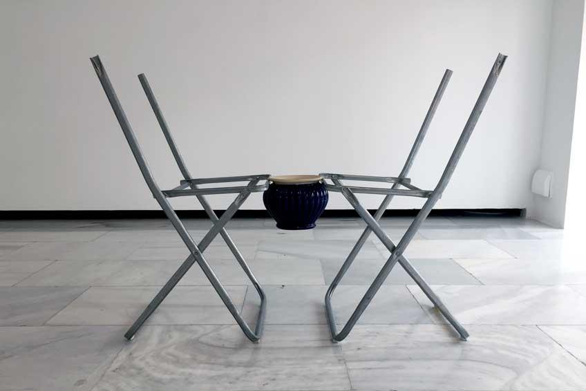 Nicolás Lamás. Agreement, 2016. Sillas de IKEA, vasija de porcelana (medidas variables). Cortesía del artista y de Meesen de Clercq (Bruselas)