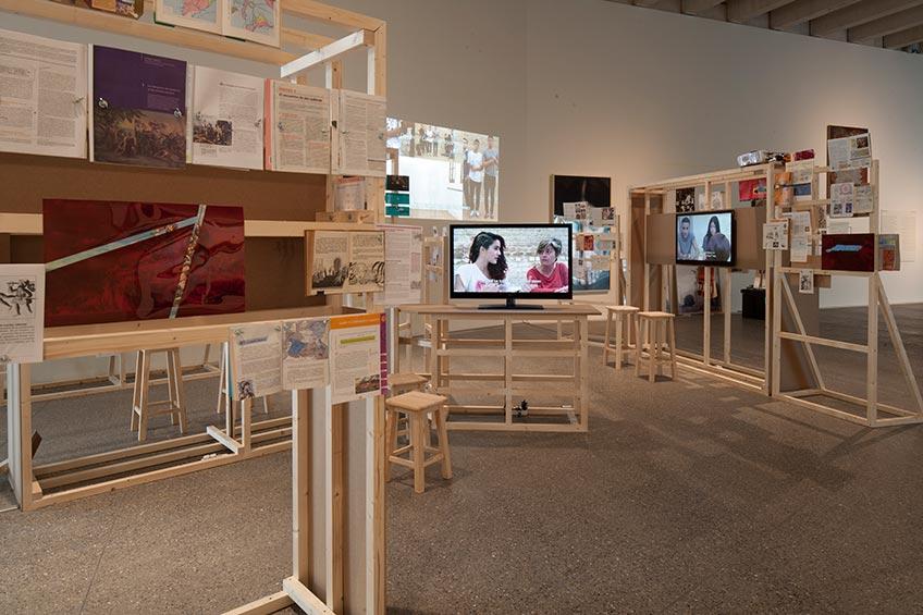 Declinación Magnética. Margen de error (¿Cómo se escribe occidental?), 2013 Instalación compuesta por estructuras de madera, libros y vídeo. Medidas variables