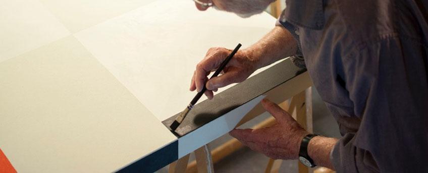 César Paternosto pintando en su estudio