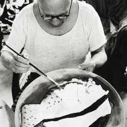 David Douglas Duncan. Picasso en La Californie pintando Naturaleza muerta con dos peces, 1957. Fondo David Douglas Duncan. Museu Picasso, Barcelona