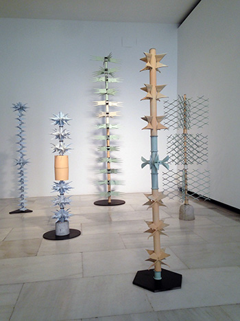Marco Godoy. Arquitecturas de la intimidación. Instalación, módulos de valla, acero, 2017. Sala de Arte Joven Comunidad de Madrid