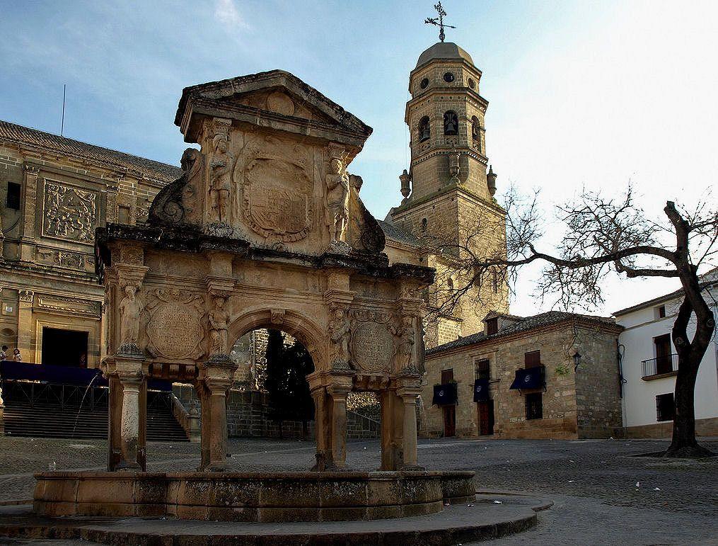 Fuente de Santa María. Al fondo, portada de la Catedral de Baeza