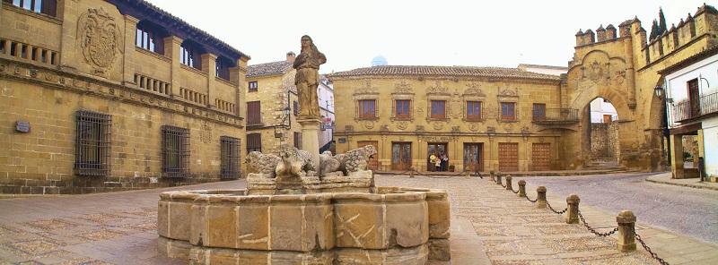 Plaza de los Leones de Baeza. A la izquierda, las Antiguas Carnicerías; en el centro, la Fuente de la Taza y las Audiencias Civiles, y a la izquierda, el Arco de Villalar y la Puerta de Jaén