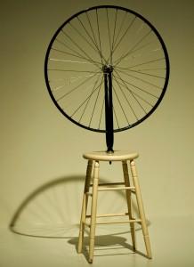 Marcel Duchamp. Rueda de bicicleta sobre un taburete, 1913