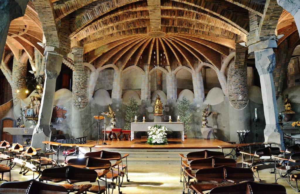 Antoni Gaudí. Iglesia de la Colonia Güell en Santa Coloma