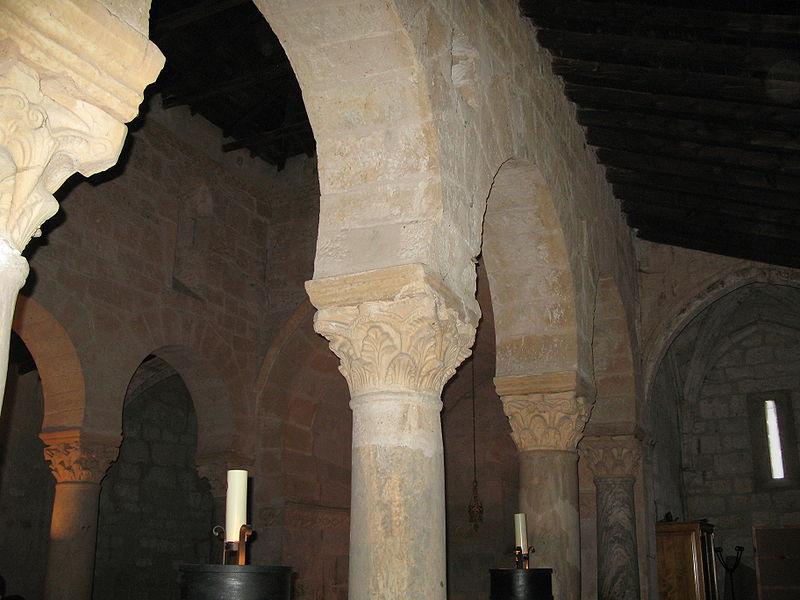 Columnas que separan las tres naves de San Juan de Baños