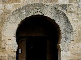 Arco de herradura sobre el dintel de entrada a San Juan de Baños