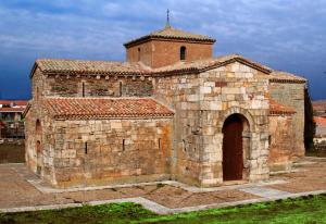Fachada sur de la iglesia de San Pedro de la Nave