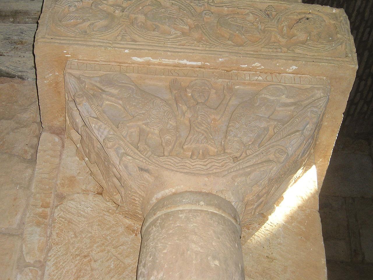 Daniel en el foso de los leones en otro de los capiteles de San Pedro de la Nave