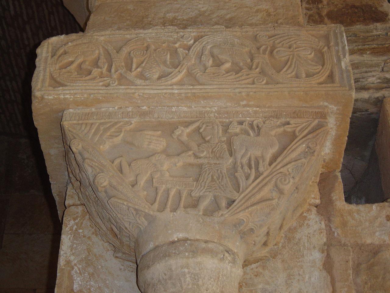 El sacrificio de Isaac en uno de los capiteles de San Pedro de la Nave