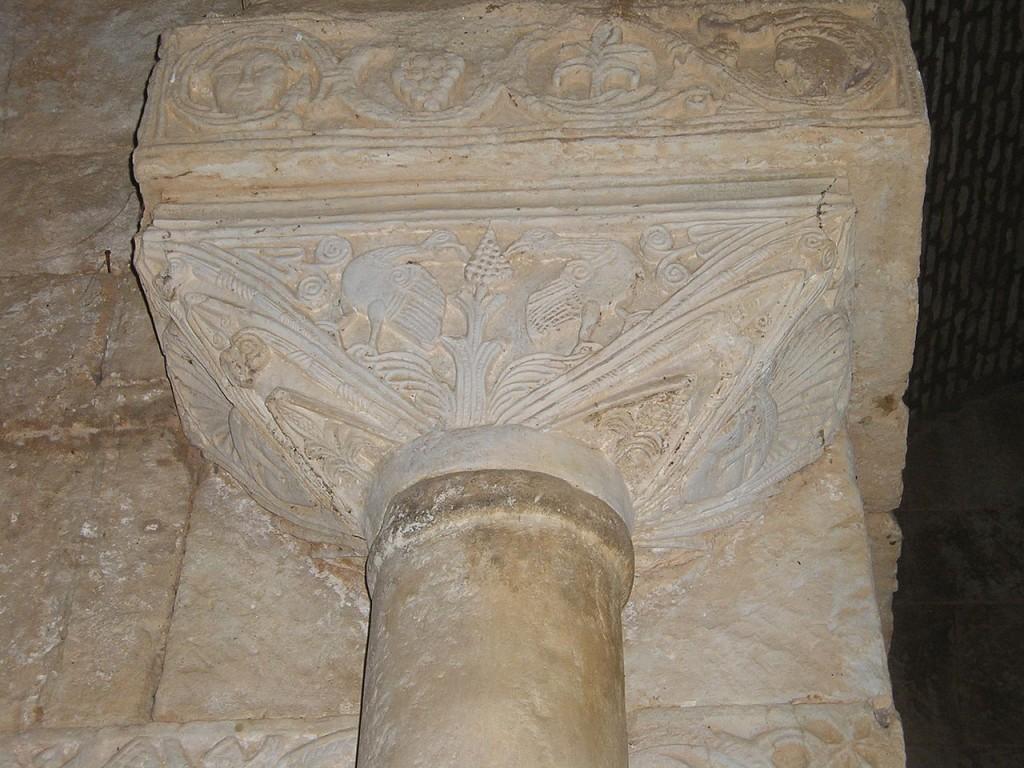 Aves pican de racimos en uno de los capiteles de San Pedro de la Nave