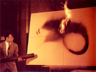 Yves Klein trabajando en sus Fire Paintings
