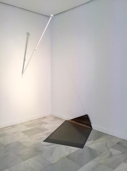 Sin título Instalación: bandera de plomo, mástil y cable de acero 200 x 150 x 90 cm, 2017