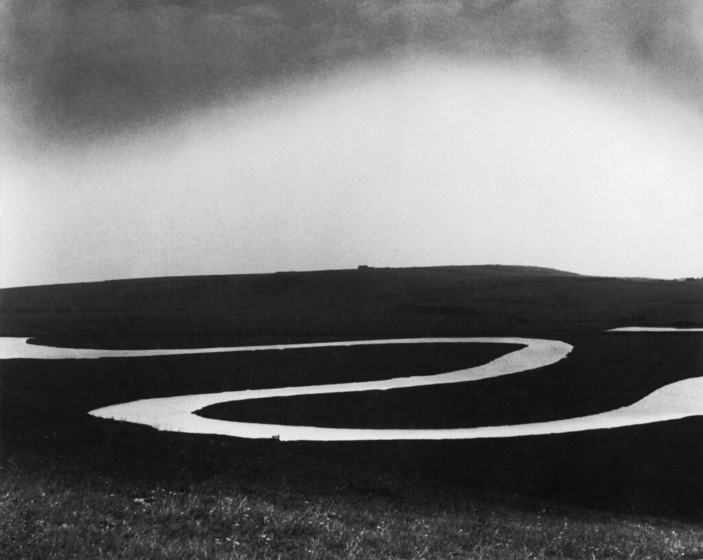 Bill Brandt. Río Cuckmere, 1963. Cortesía de Bill Brandt Archive and Edwynn Houk Gallery © Bill Brandt / Bill Brandt Archive Ltd
