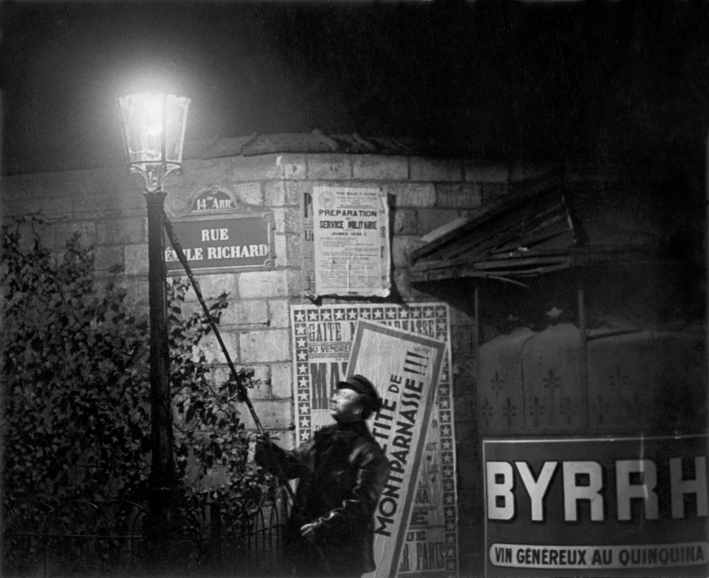 Brassaï. Extinguishing a Streetlight, rue Émile Richard, hacia 1932. © Estate Brassaï Succession, París