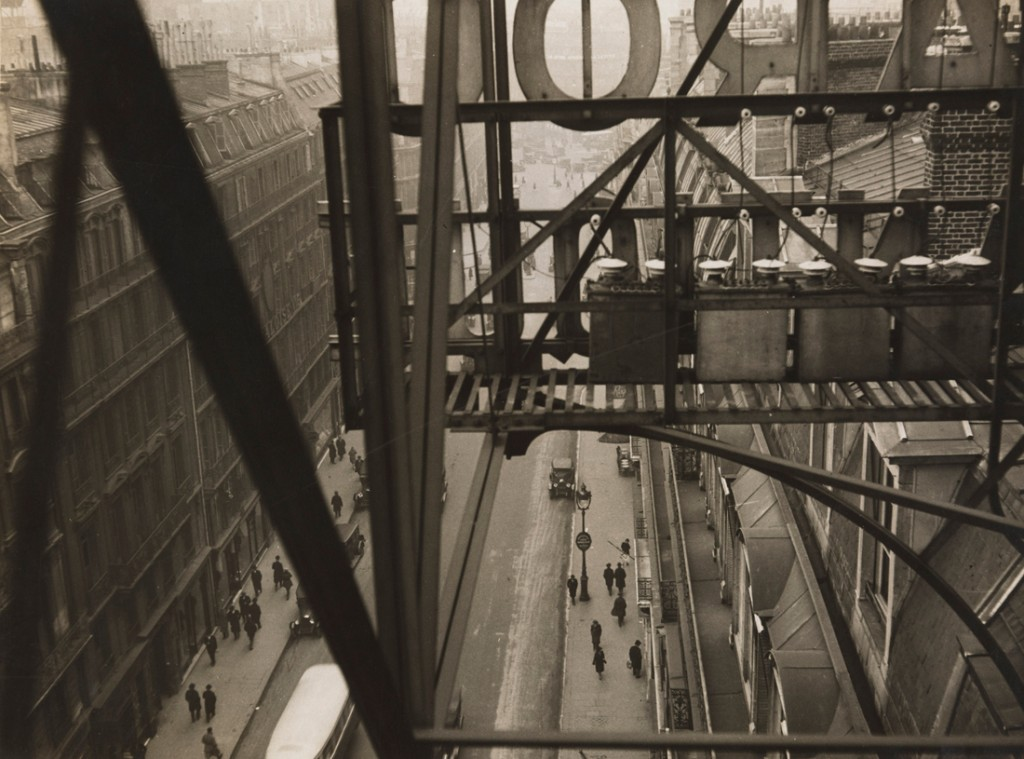 Germaine Krull. Rue Auber à Paris, hacia 1928. The Museum of Modern Art, New York. Thomas Walther Collection. Gift of David H. McAlpin, by exchange. © Estate Germaine Krull, Museum Folkwang, Essen