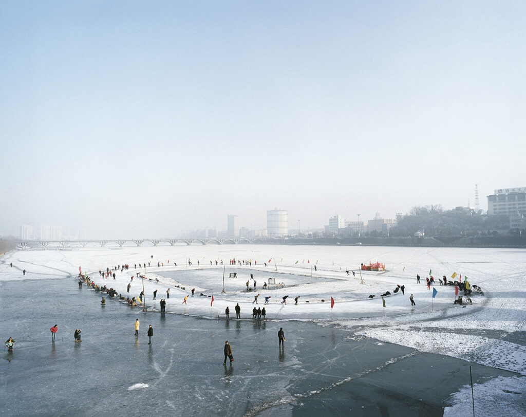 Tomoko Yoneda. Ice Rink—Viewing of a mining town that was part of the South Manchurian Railway Zone during the Japanese Occupation, Fushun, China, 2007. De la serie Escenario